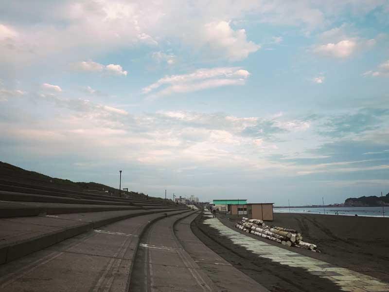 鵠沼海岸を見下ろす石段