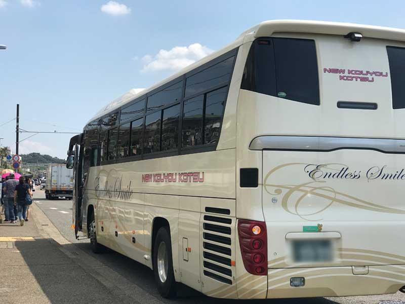 観光バスから降りる外国人観光客