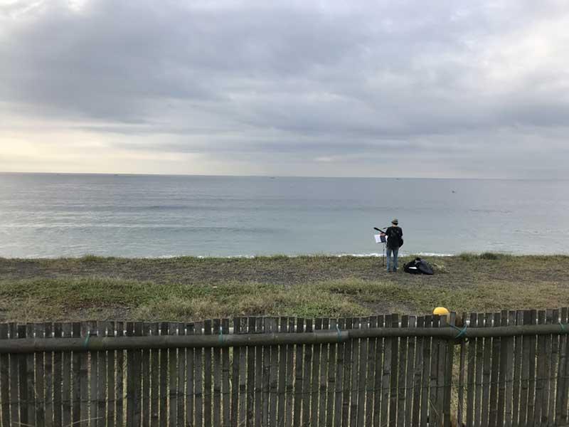 海に向かって歌う人