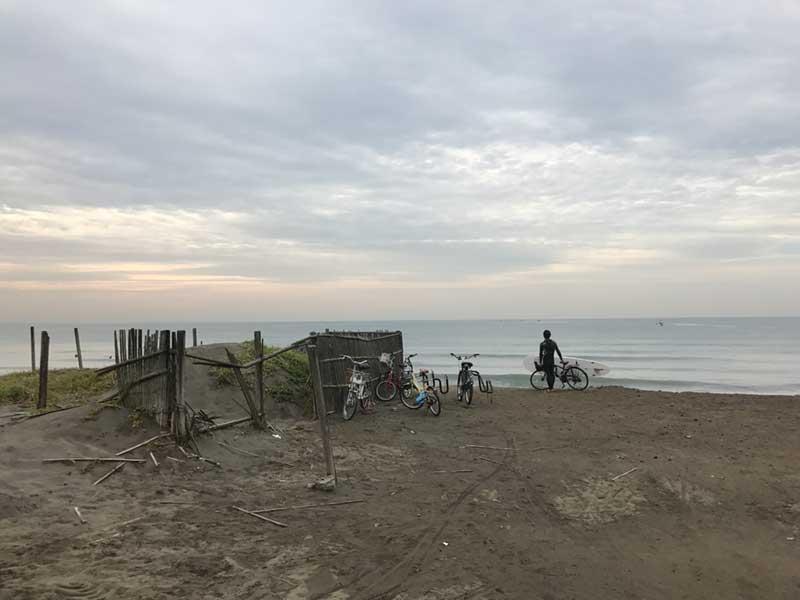 今日は波が良いのでサーファーもたくさん