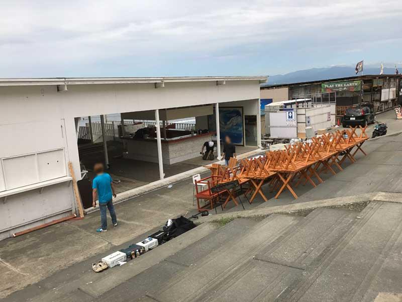 どの海の家も撤去作業で朝から大忙し
