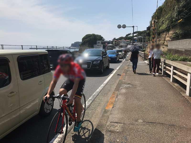 車と自転車で大混雑