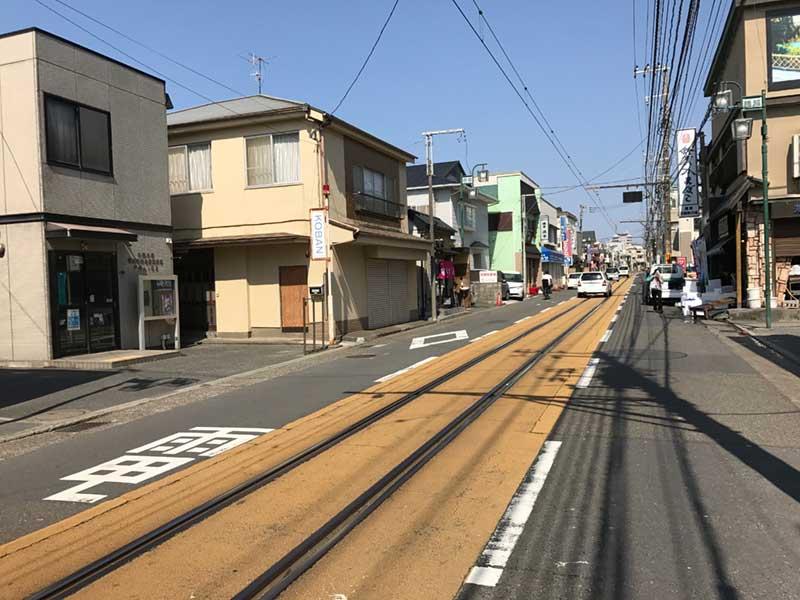 商店街の真ん中を通る江ノ電の線路