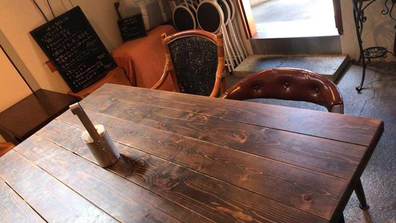 レトロな木製の広々テーブル席