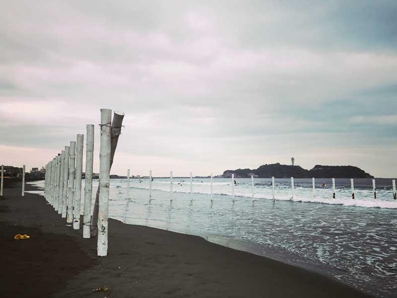 昨日まであった浜辺を区切る白いポール