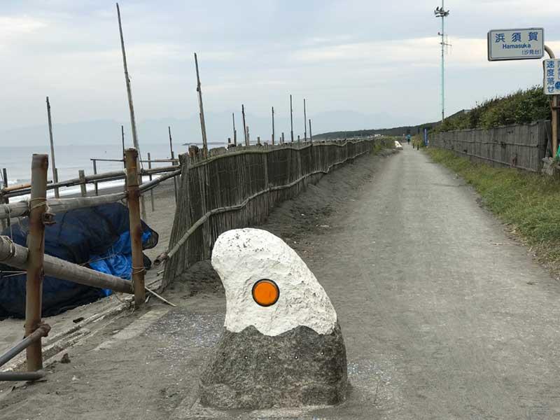 茅ヶ崎サイクリングロードにある烏帽子岩の形をした目印