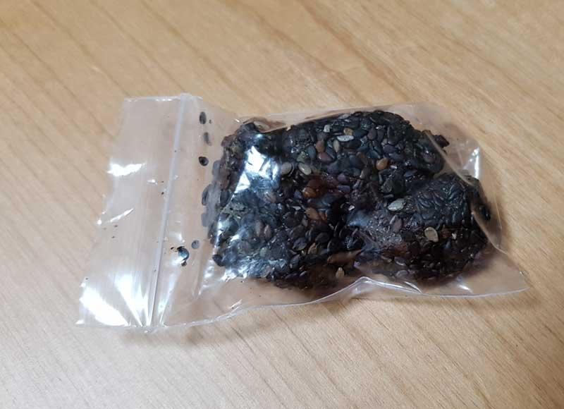 袋に小分けにされた黒ゴマ牡丹餅