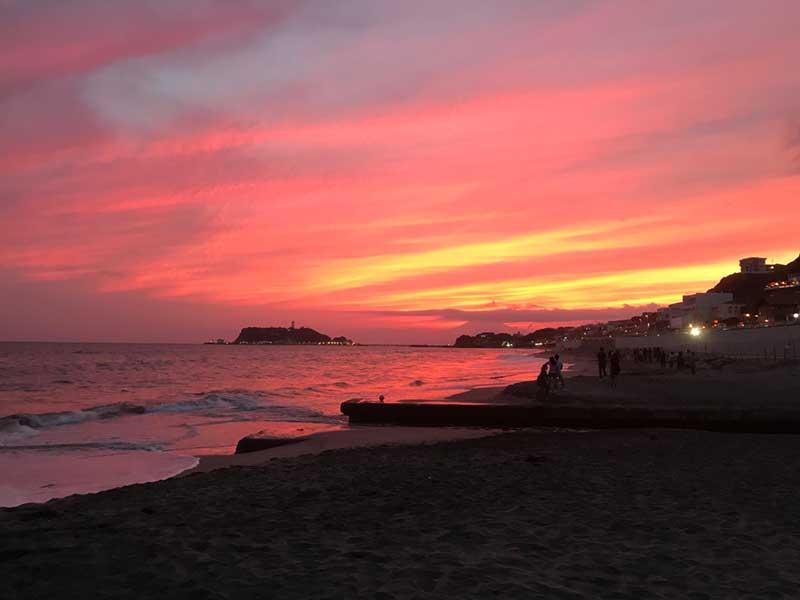 夕陽が七里ガ浜の空を真っ赤に染める