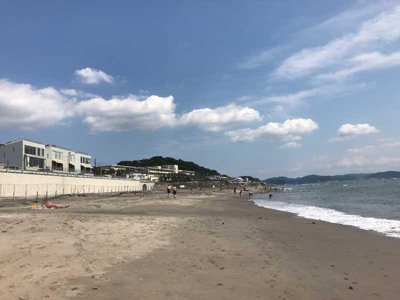 七里ヶ浜もビーチは空いています