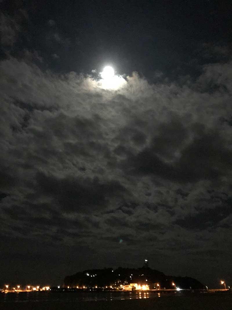 雲のすき間から月が登場!