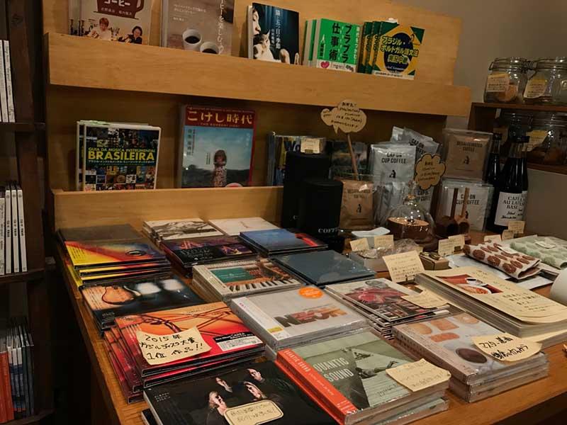 CDやブラジル関連の本がいっぱい