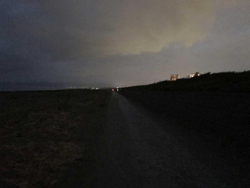 日が落ちて真っ暗になった辻堂海岸