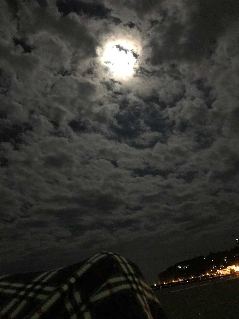 寝そべって空を眺めたら