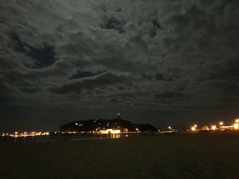 誰もいない秋の夜の片瀬海岸東浜