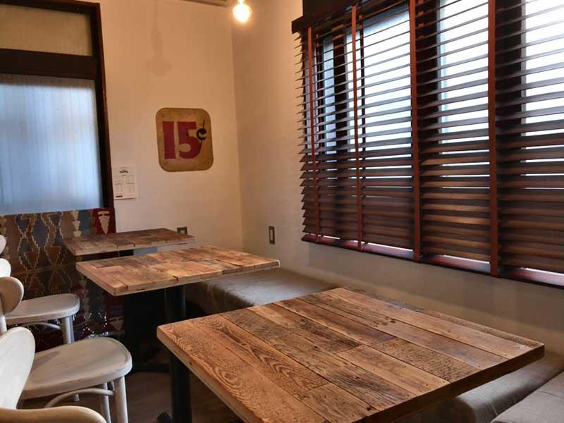落ち着ける壁際のテーブル席