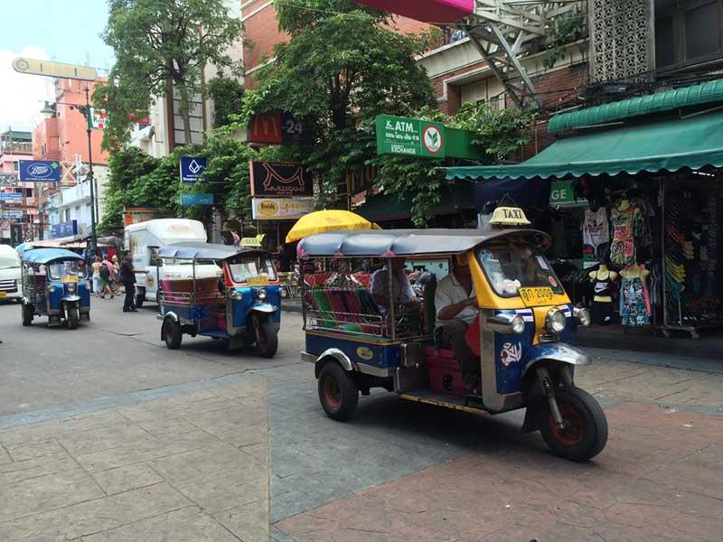 タイの街中を駆け回るトゥクトゥク