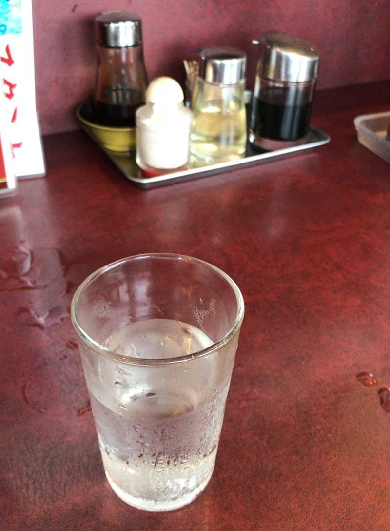 豚丼セット完食の後の水が旨い!
