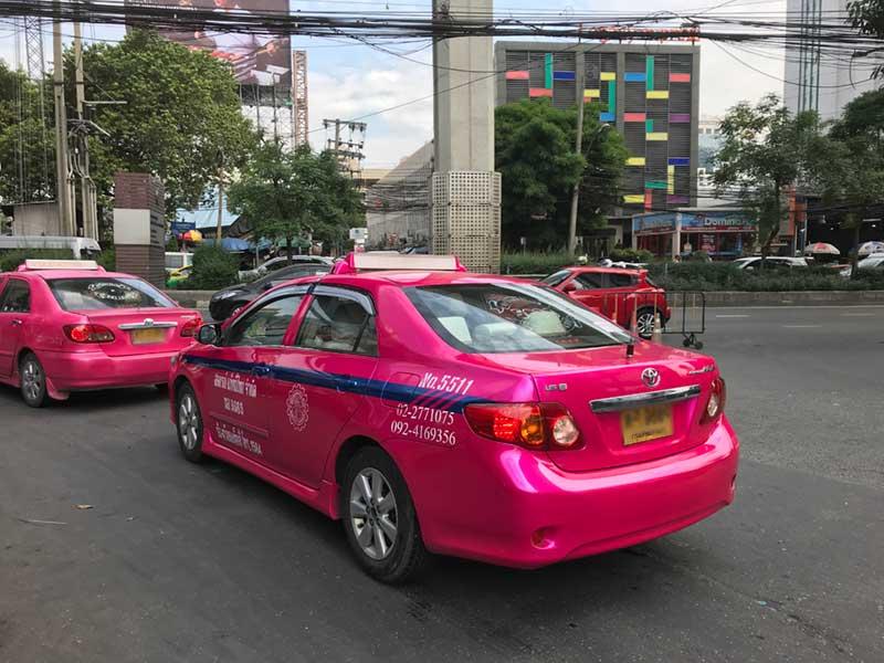 派手な色のタクシー