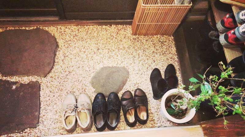 玄関で靴を脱いであがります