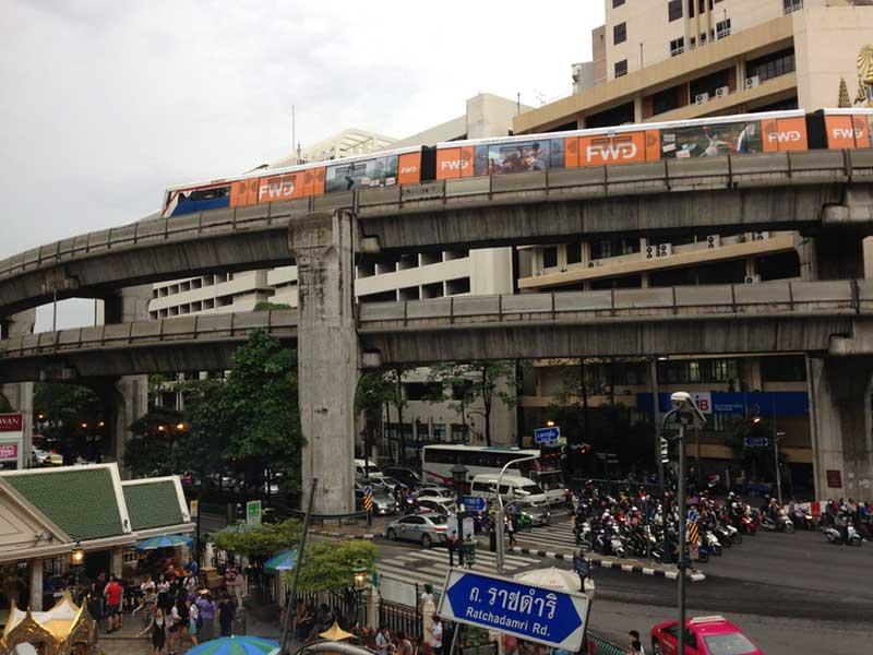 バンコク市内の高架線を走るBTS