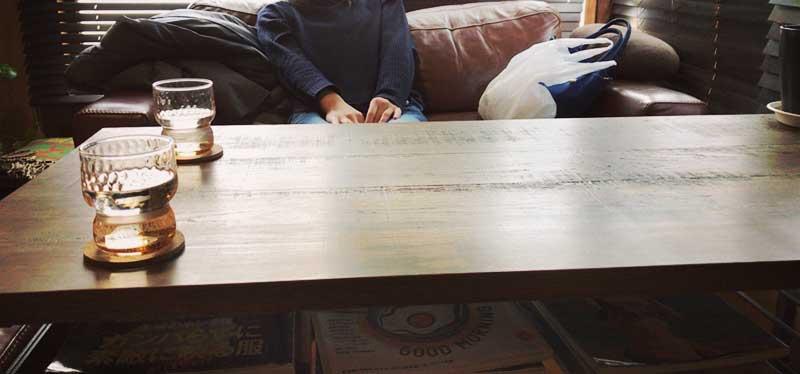 落ち着いた木目のテーブルとソファー