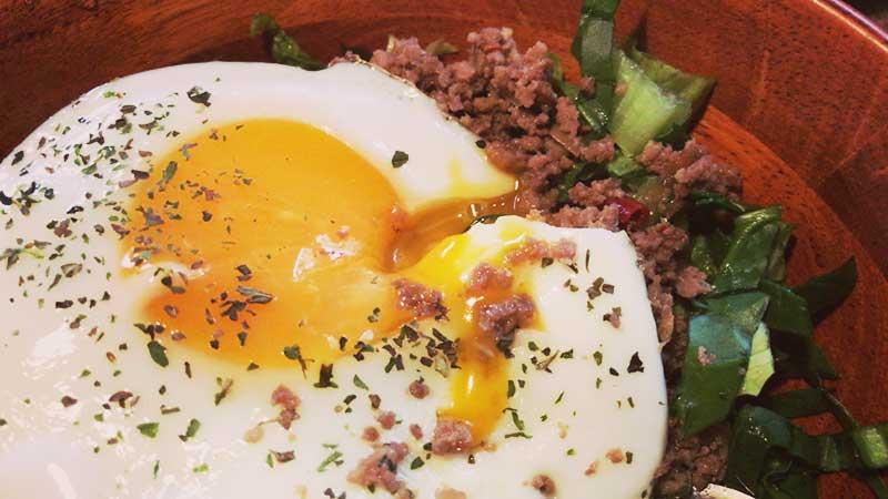 半熟卵をトロ~リからめ