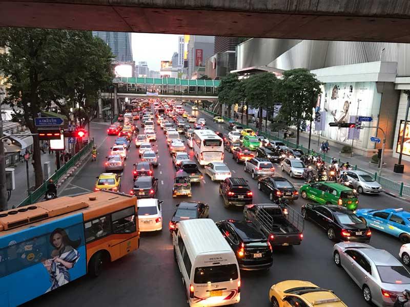 車とバスがごちゃごちゃに混んでる