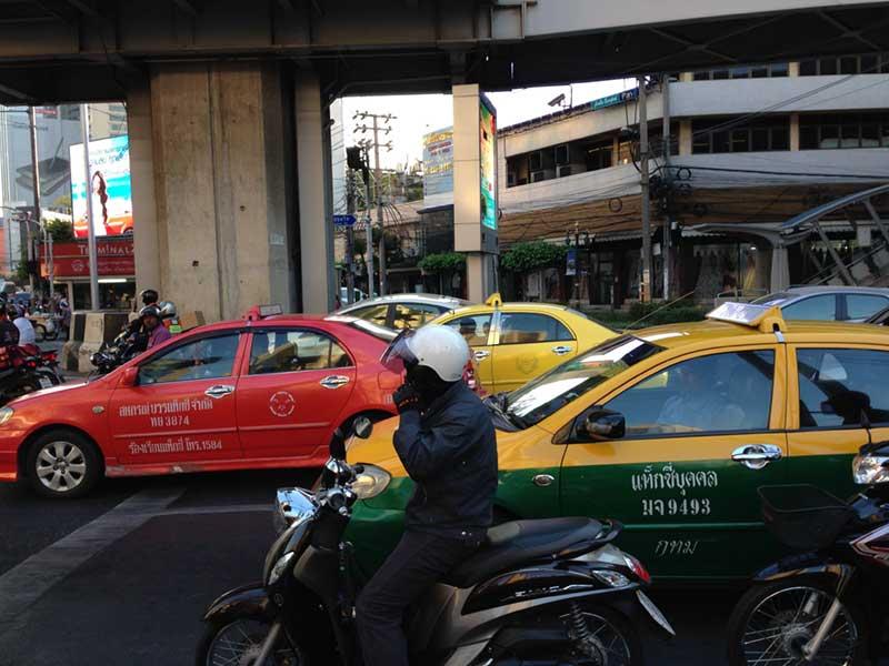 市内の交通のメインはタクシーやバイク