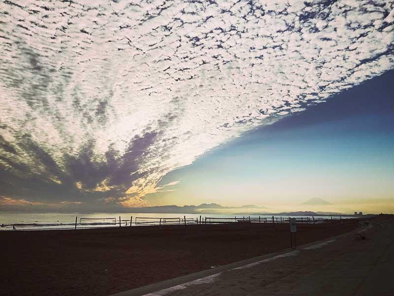 【鵠沼海岸】巨大うろこ雲見た?混雑なし穴場!夕陽が綺麗に見られるおすすめ絶景スポット