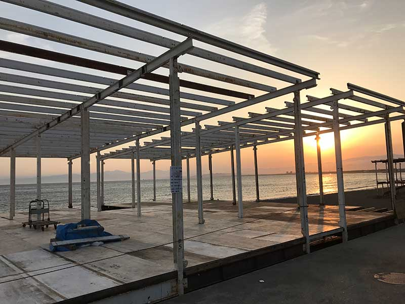 【2017年江ノ島海開きはいつ?】夏はすぐそこ!海の家建設工事がスタート!