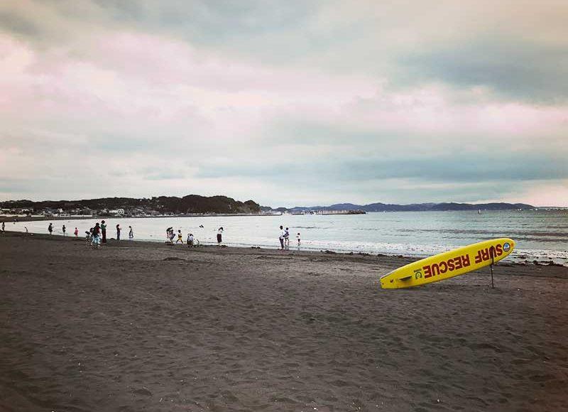  【江ノ島海水浴場】7月海開き直後の混み具合は?雨でも海の家は営業してる?日焼けした水着ギャルはいるの?