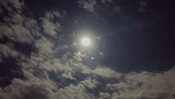 【中秋の名月】砂浜に寝転んで満月を眺めていたら、「ああ湘南ライフって最高」と思った仕事帰りの秋の夜