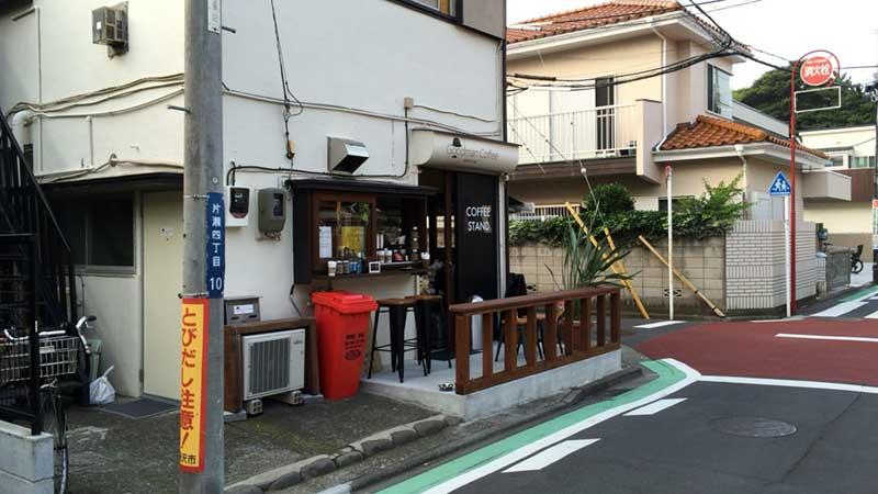 普通の住宅にまぎれてコーヒースタンドがちょこんと