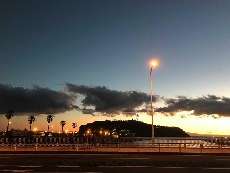 江ノ島を眺めつつ橋を渡ります
