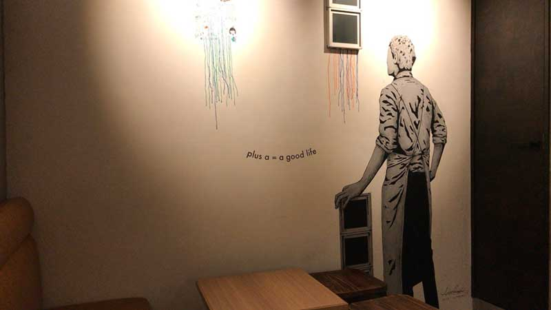 壁にアーティスティックな絵が