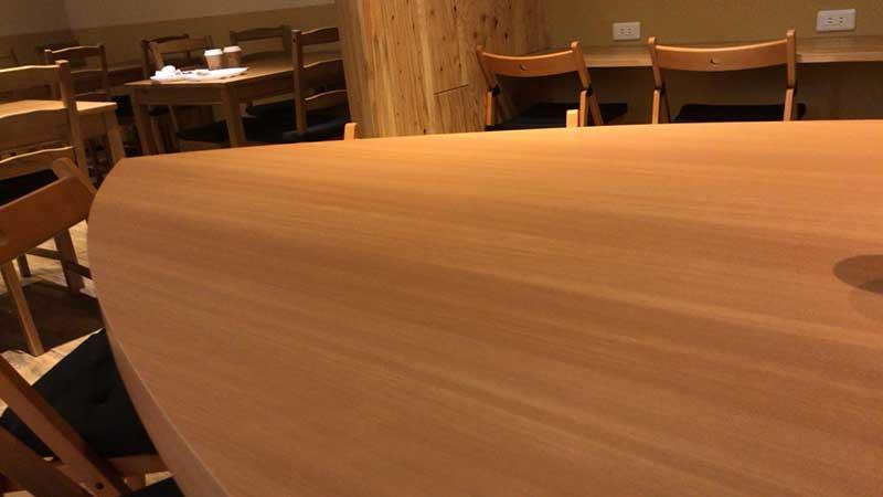 中央のサーフボード状のテーブル
