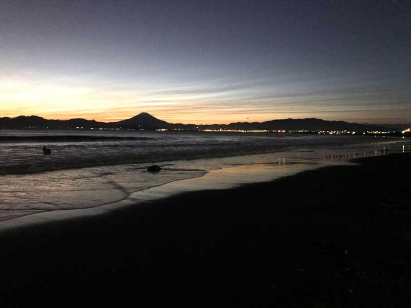 沈む夕日と富士山