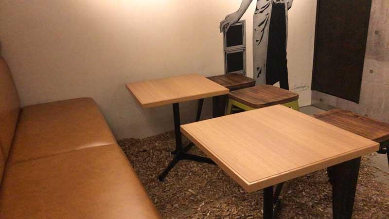 奥のテーブル席