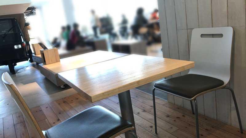 清潔感のある木目のテーブル席