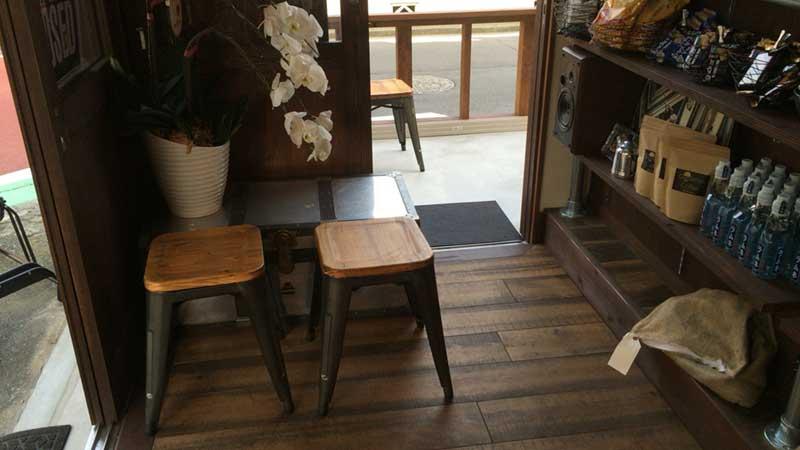 小じんまりとしたイートインの椅子もあります