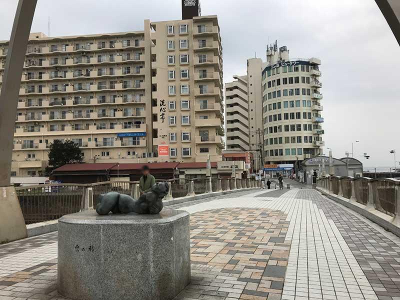 片瀬江ノ島近くの橋にある像