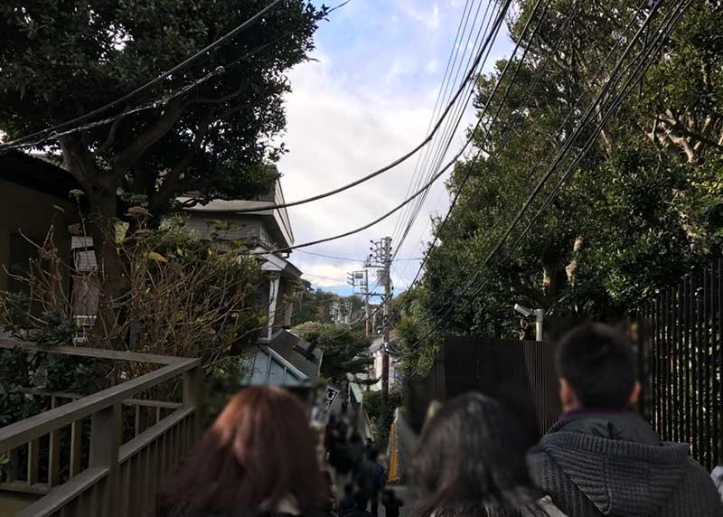 狭い階段道に観光客がいっぱい
