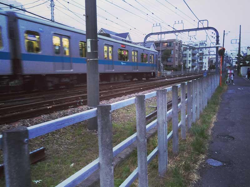 小田急線の線路を越えて