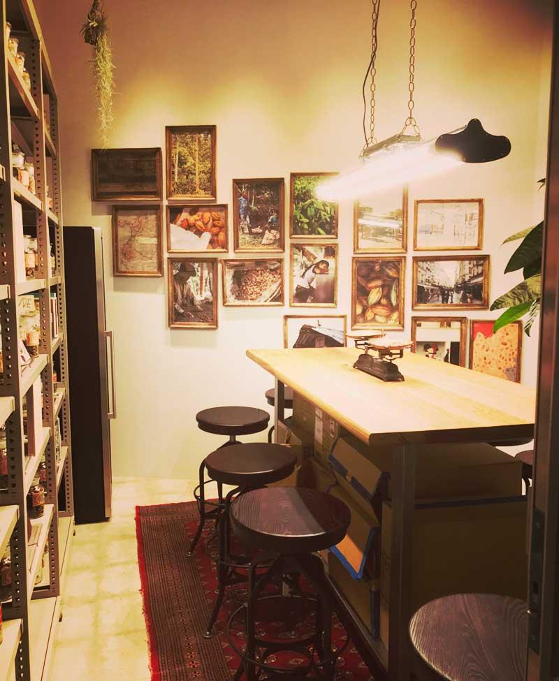 カカオの実や秤があるチョコレート室