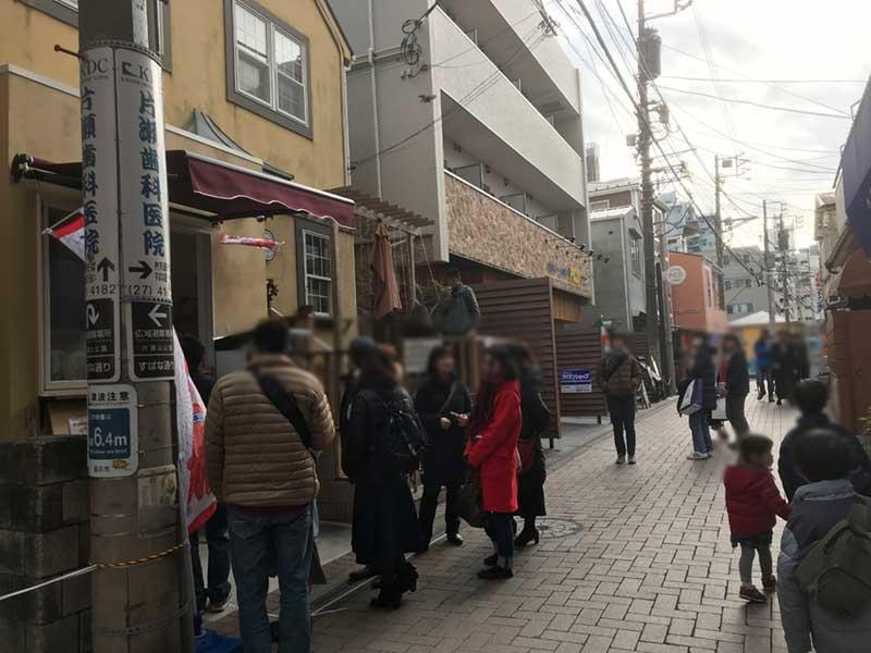 観光客で混むスバナ通り
