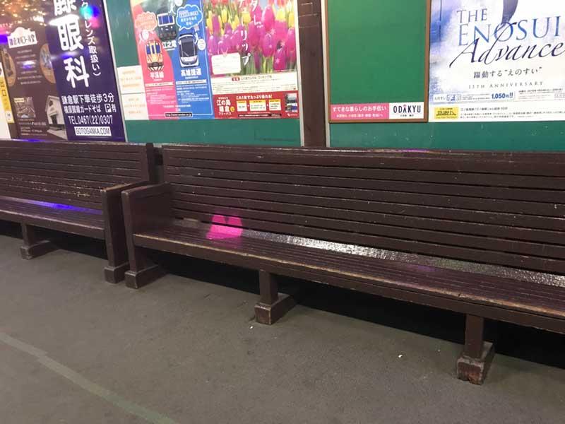 ベンチに何やらピンク色の物体が