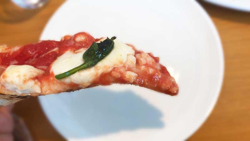 トロリとしたたるチーズとトマトソースをパクリ!