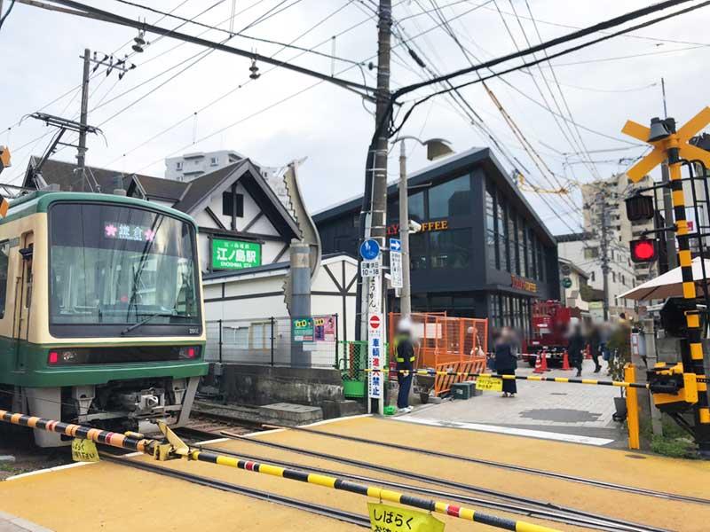 江ノ島駅の隣に黒い大きな建物が