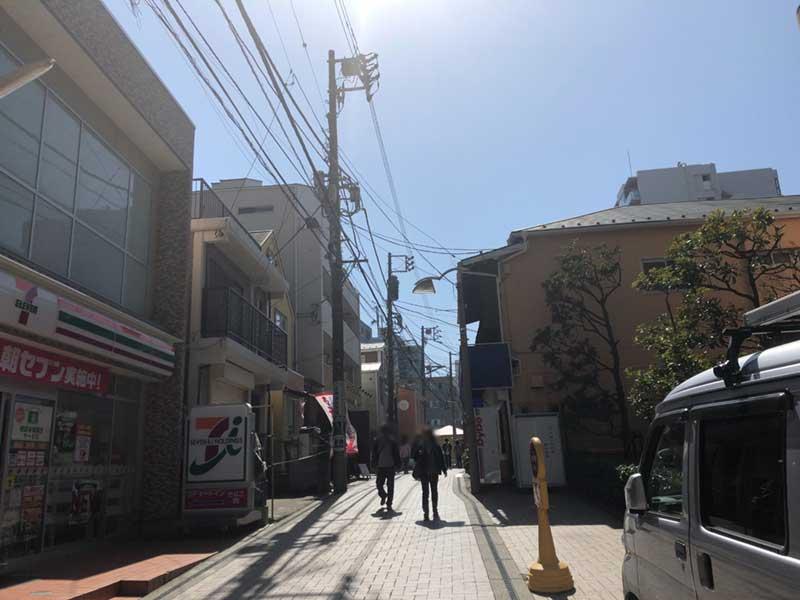 平日のスバナ通りはそれほど混んでいません