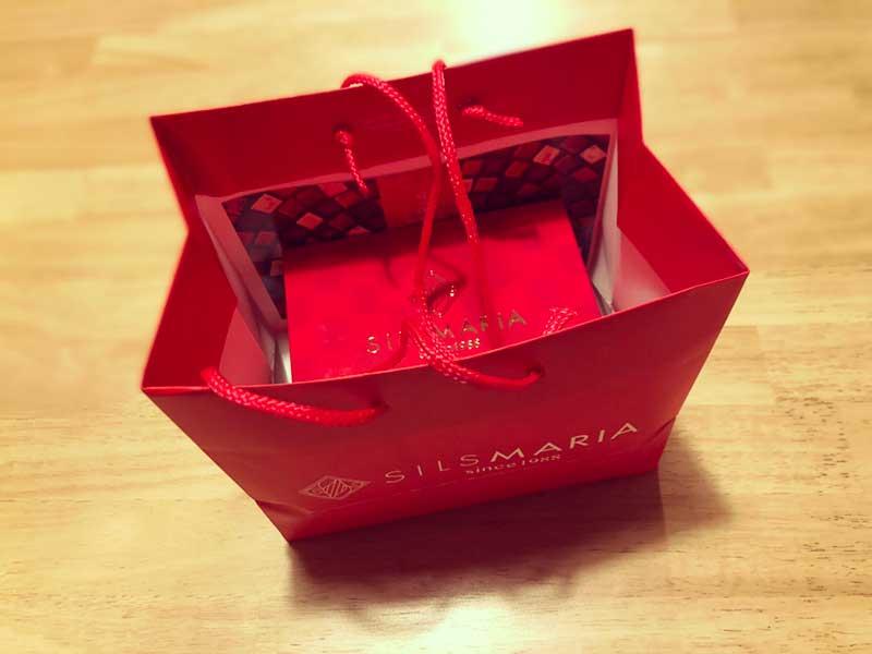 真っ赤な高級感ある紙袋
